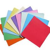 Handmake에 의하여 접히는 정연한 모양 색깔 종이 Origami를 접히는 예술