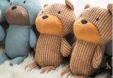 곰 작풍은 Queaky 장난감 개 장난감을 귀여워한다