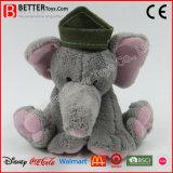 모자에 있는 귀여운 박제 동물 장난감 코끼리