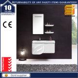 洗面器が付いている壁に取り付けられた白い木の浴室の家具のキャビネット