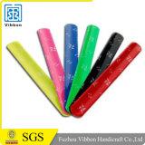 Bracelet r3fléchissant bon marché de claque de silicium avec le logo personnalisé