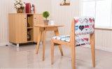 Festes hölzernes Stuhl-Wohnzimmer sitzt bunten Stuhl-Gewebe-Stuhl-Kaffee-Stühlen vor (M-X2051)