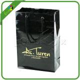 Glänzende schwarze Papiertüten mit Firmenzeichen