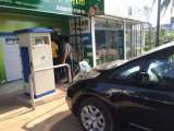 다른 차량 장비에 있는 수준 2 EV 충전소