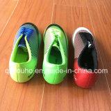 رجال يمهّد كرة قدم خارجيّة كرة قدم أحذية