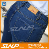 Il denim strappato dei pantaloni dei jeans ansima la mutanda del foro