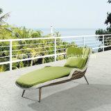 Chaise de salon simple en rotin de style moderne à la plage avec coussin