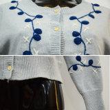 Cardigan lavorato a maglia tasto blu del ricamo di modo delle donne