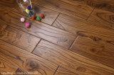 La alta calidad de la mano de la antigüedad raspando el piso de madera natural real