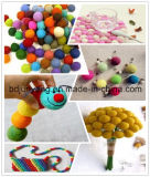 Bola colorida del fieltro de las lanas para la decoración de la Navidad