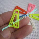 Diversas tallas y clip de papel plástico de la dimensión de una variable del triángulo de los colores
