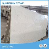 Bancada branca artificial moderna da cozinha da pedra de quartzo