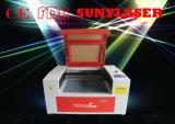 El laser graba a grabador del laser de la cartulina en maquinaria del laser