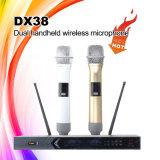 Dx38 si raddoppiano microfono senza fili tenuto in mano