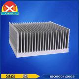 アルミニウムは充満山のための脱熱器のか充満点または充満発電機または充電器側面図を描く