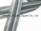 Zipper de nylon da fita reflexiva reversível do slider para o revestimento