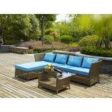 L形の藤のソファーは庭のためにセットした