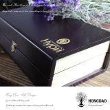 주문을 받아서 만들어진 로고를 가진 나무 상자를 포장하는 Hongdao 차잔
