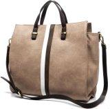 Il bello progettista insacca le grandi borse di colori di modo differente in linea delle borse