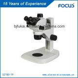 Microscopio del laboratorio para el entrenamiento de la universidad