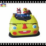 Шарж управляя автомобилем для парка атракционов участвуя в гонке игра