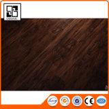 Le vinyle parquetant le carrelage initial de type imitent le bois pour la décoration de salle de bains