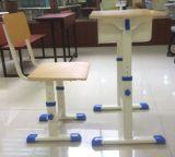 Únicas mesa e cadeira do estudante da escola