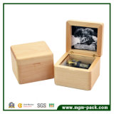 Caixa de música cinzelada da madeira contínua com frame de retrato