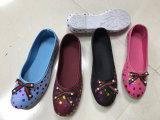 Los zapatos del paño para el ocio de las mujeres calzan la manera que hace punto respirable plano