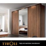 カシのベニヤの汚れの引き戸の戸棚Tivo-0007hwが付いている高い記憶のワードローブの差込み