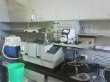 Labor, das peristaltische Pumpe dosiert