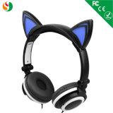 l'oreille de chat rougeoyante colorée badine des écouteurs