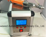 El tornillo robótico sujeta la máquina