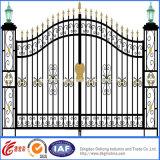 装飾的な電流を通された金属の庭ゲート