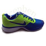 Pattini casuali della scarpa da tennis dei nuovi uomini popolari