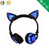 귀 형식 헤드폰에 다채롭게 빛을내는 새로운 Anime