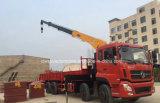 La grue se pliante lourde de bras des roues 16 T de Dongfeng 12 a monté sur le camion