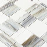 La parete grigia della cucina degli appartamenti dei materiali da costruzione copre di tegoli il mosaico di vetro