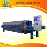 Pressa automatica del filtro idraulico per elaborare delle parti incastrata di un mattone in aggetto del ferro