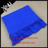 Klassische Normallack-Wollenknit-Form-warmer Schal mit Troddel