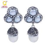 La gema blanca natural de la perla cuelga los pendientes con los pendientes pavimentados el Zircon cristalino de Druzy de la perla