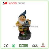 Figurine amarelo do Gnome da cor de Polyresin com a lata molhando para ornamento do jardim