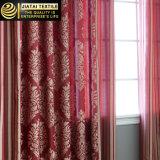 O quarto barato drapejam e as cortinas modeladas vermelhas das cortinas