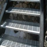 Pisada de escalera con la sospecha rayada vertical de la placa