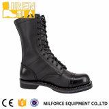 新式の黒い牛革軍の戦闘用ブーツ