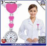 Yxl-957 vendem por atacado o preço de fábrica bonito da forma da borboleta da cor da melancia do relógio médico do metal da folha do relógio quatro da enfermeira do Brooch