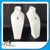 Le buste lustré élevé de bijou de collier de laque reçoivent la commande à façon