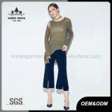 女性非対称的なヘムの開いたニットのチュニックのセーター