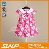 Kinder, die Mädchen-Kleid kleiden