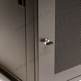 """Perforated стена двери установила шкаф используемый для 19 """" оборудований"""